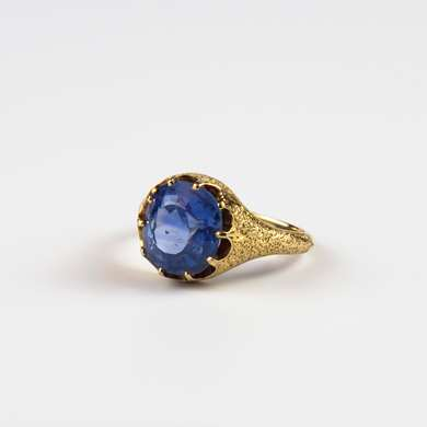 Chased gold ring with a sapphire from Ceylon.