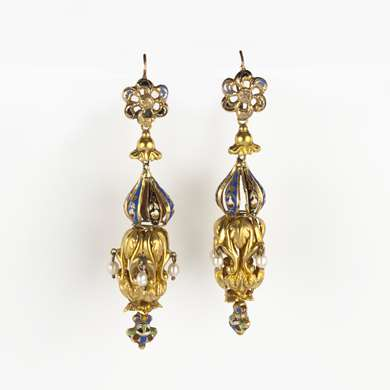 Pair of earrings shaped  as a lantern in carved gold decorated with enamel motifs and 4 small baroque pearl tassels.