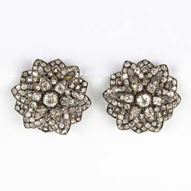 Pair of yellow gold and silver clips earrings forming a flower set of brilliant old size cut.