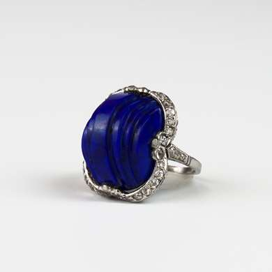 "Platinum ring ""millegrains"" set with a lapis lazuli carved staircase surrounded by diamonds."