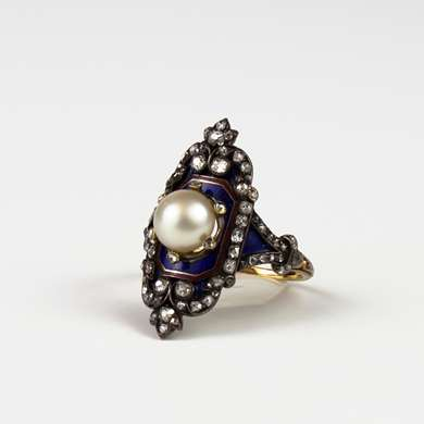 Ring in gold and blue enamel decorated with a central pearl surrounded by diamonds and old size brilliant.