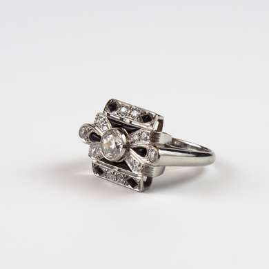 Square shaped platinum ring decorated with a knot set with a central old size brilliant