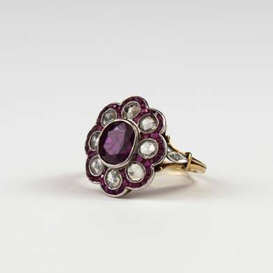 Yellow gold ring set with an oval ruby